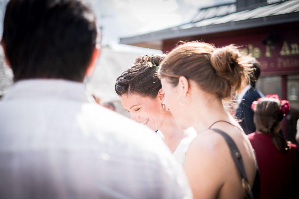la mariée rejoint ses invités devant la mairie en normandie à hudimesnil