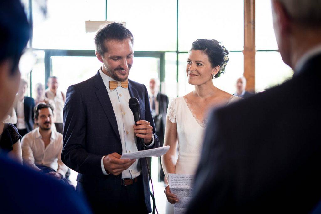 les mariés prononcent leurs voeux lors de la cérémonie civile à hudimesnil en normandie