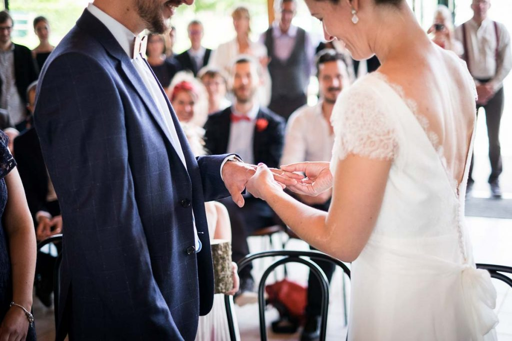 passage des alliances lors de la cérémonie civile dans la salle des mariages à hudimesnil en normandie