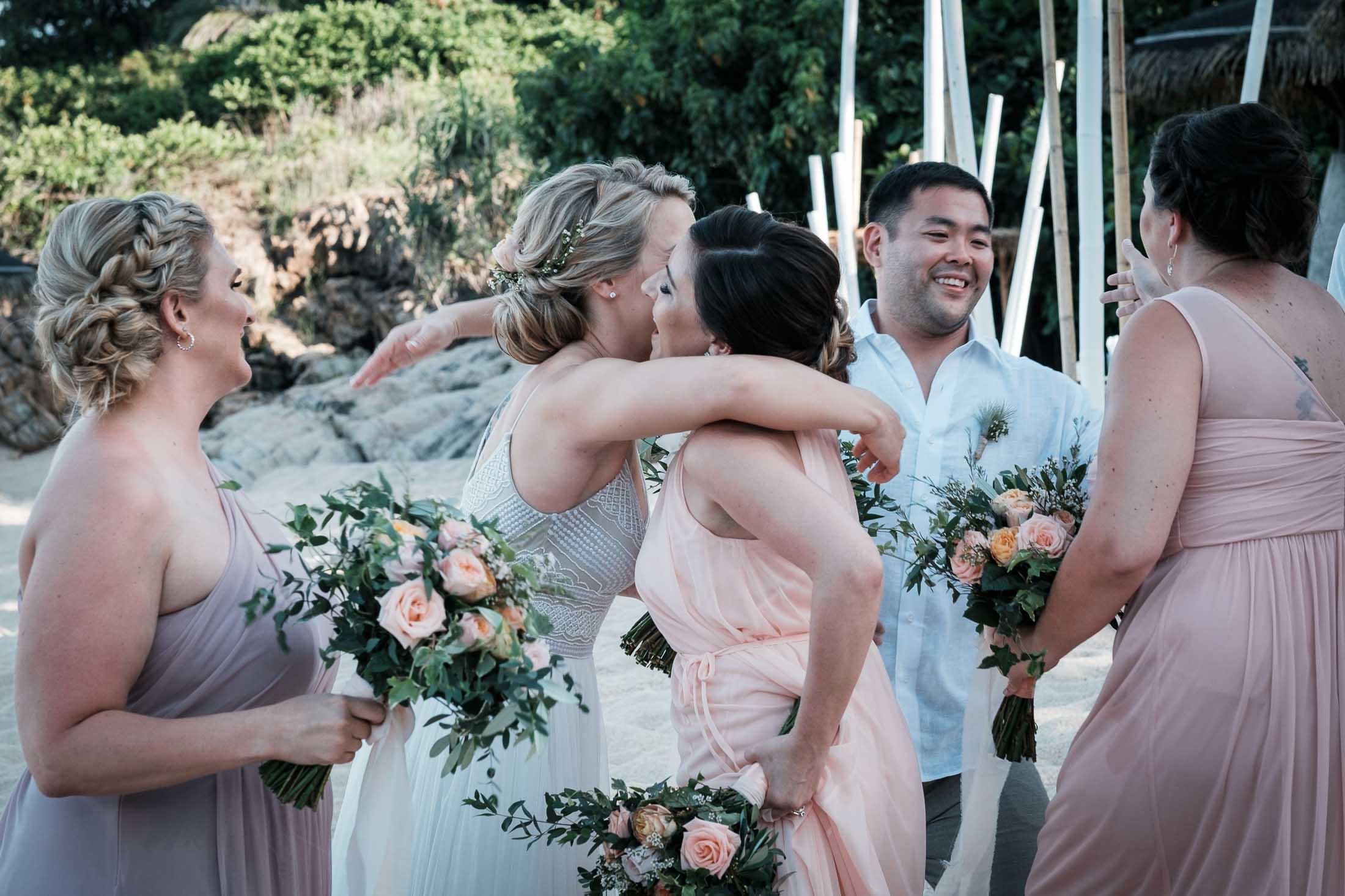 Photographe Mariage Thailande embrassades après la cérémonie