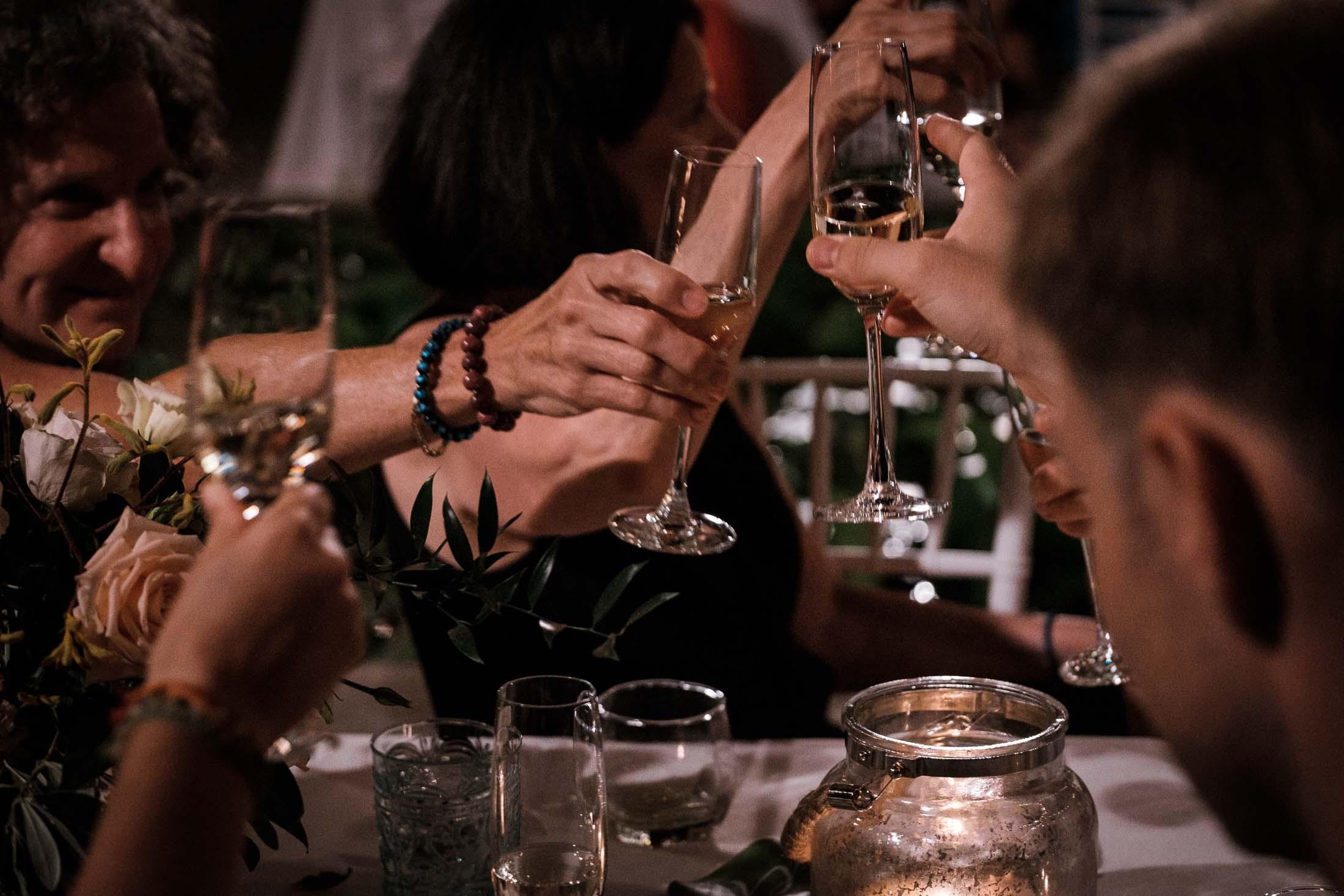 Photographe Mariage Thailande les invités trinquent