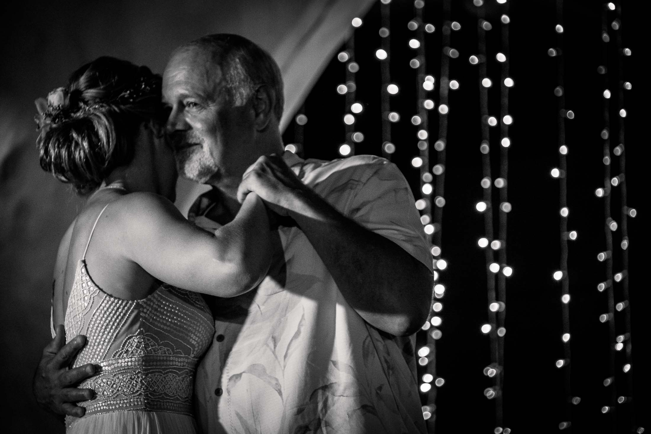 Photographe Mariage Thailande première danse père et fille noir et blanc