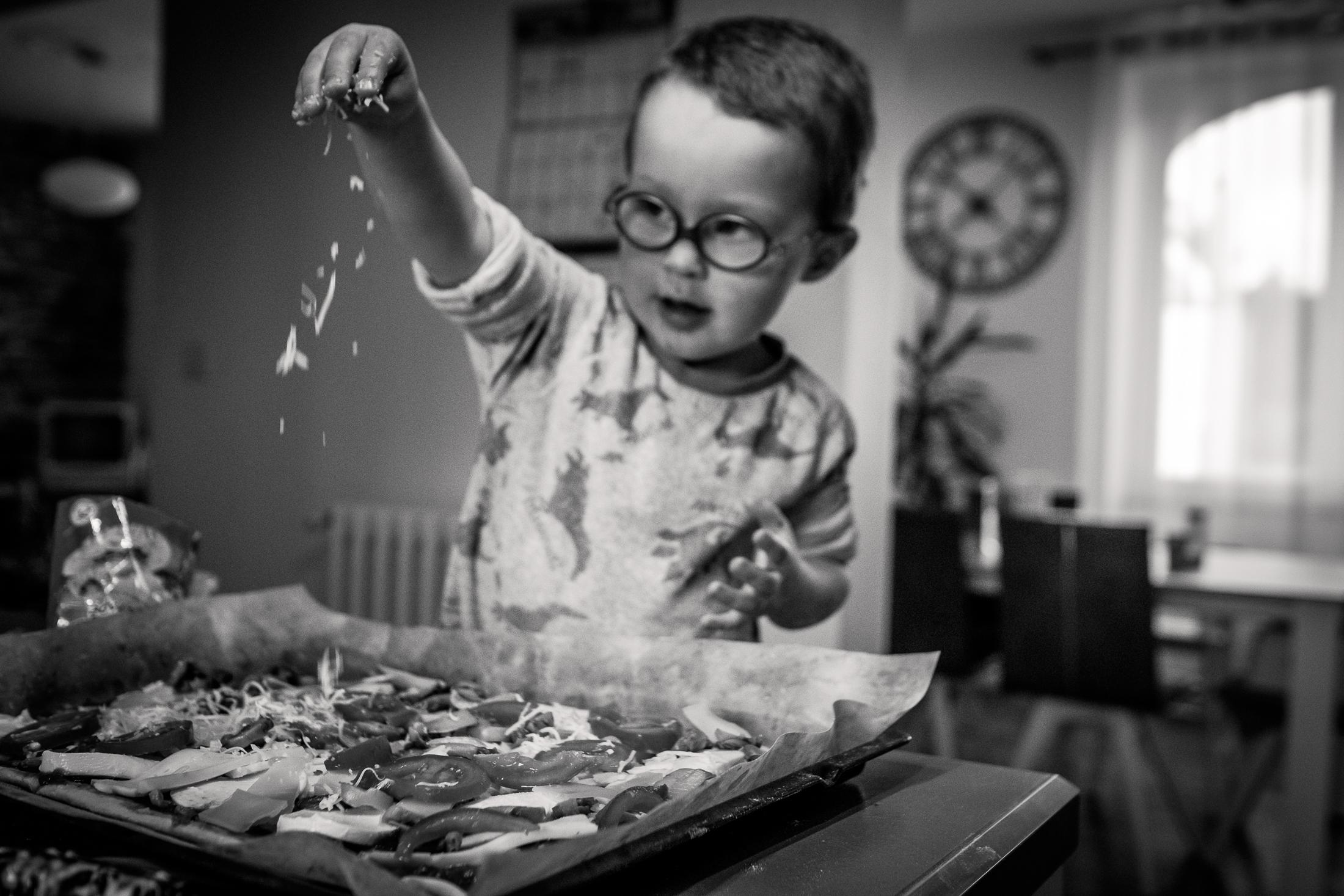 prestations photographe famille atelier cuisine noir et blanc