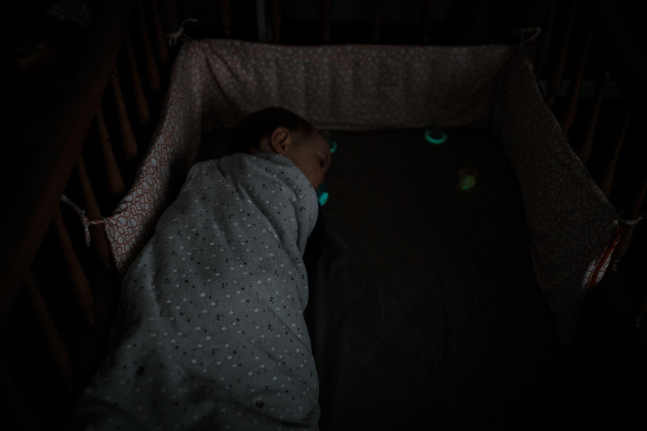 prestations photographe famille bébé au lit