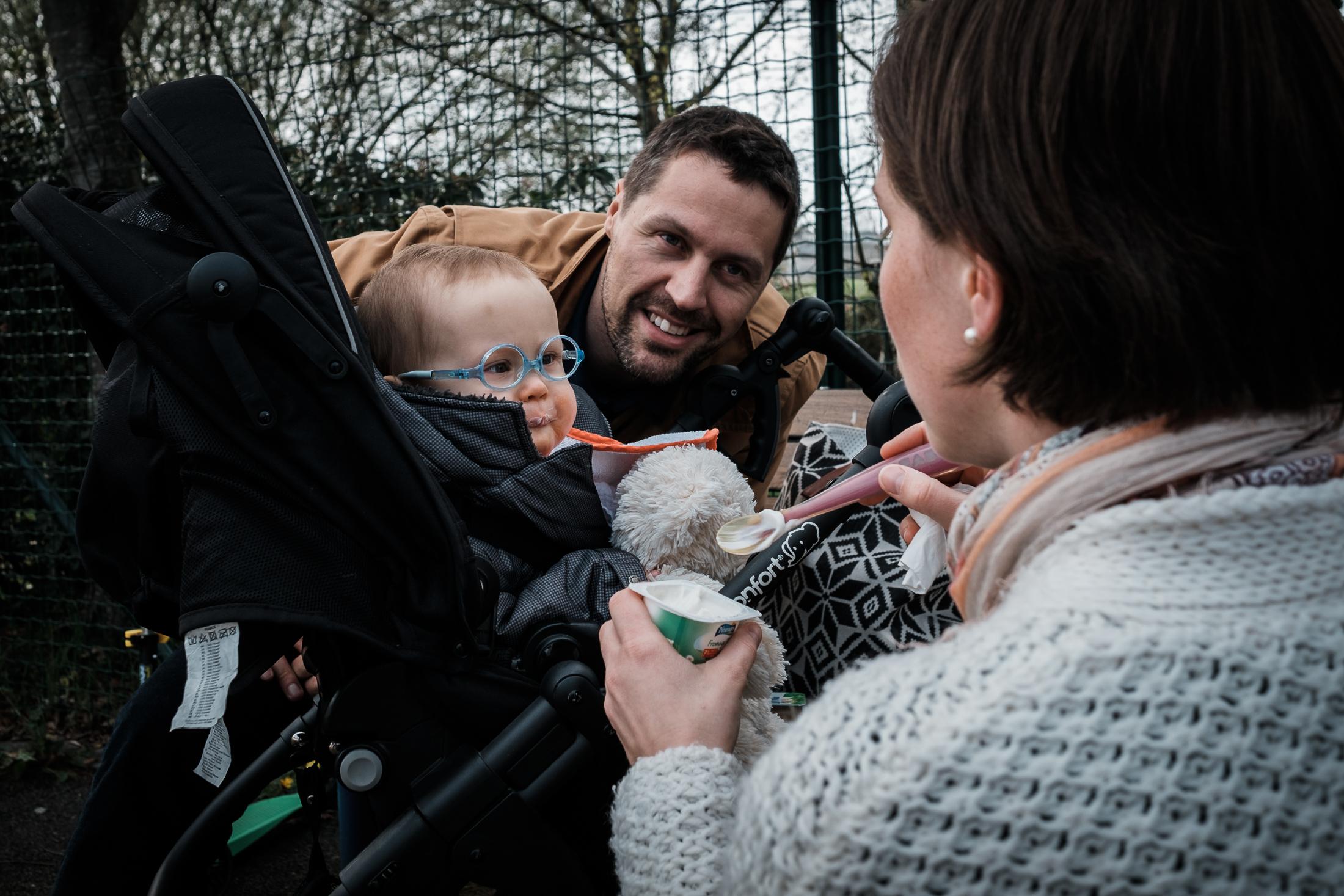 prestations photographe famille papa maman bébé au parc