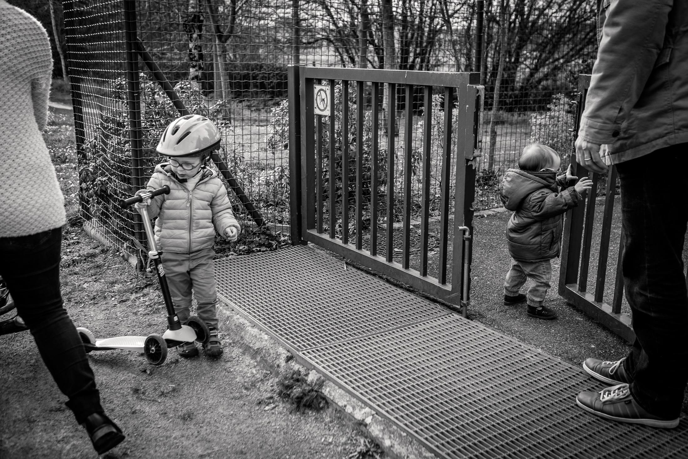 prestations photographe famille activité parc noir et blanc