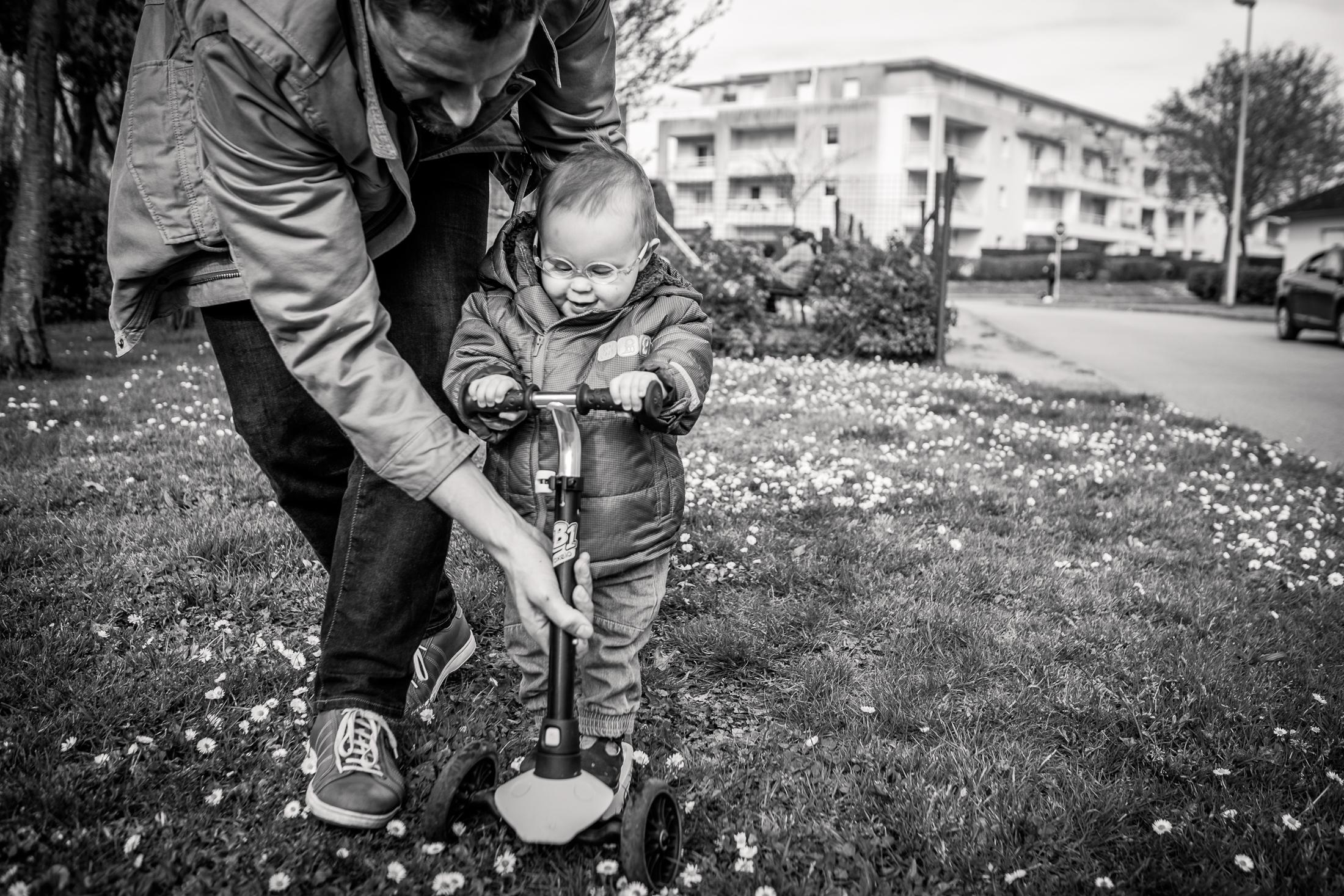 prestations photographe famille première fois de bébé en trottinette