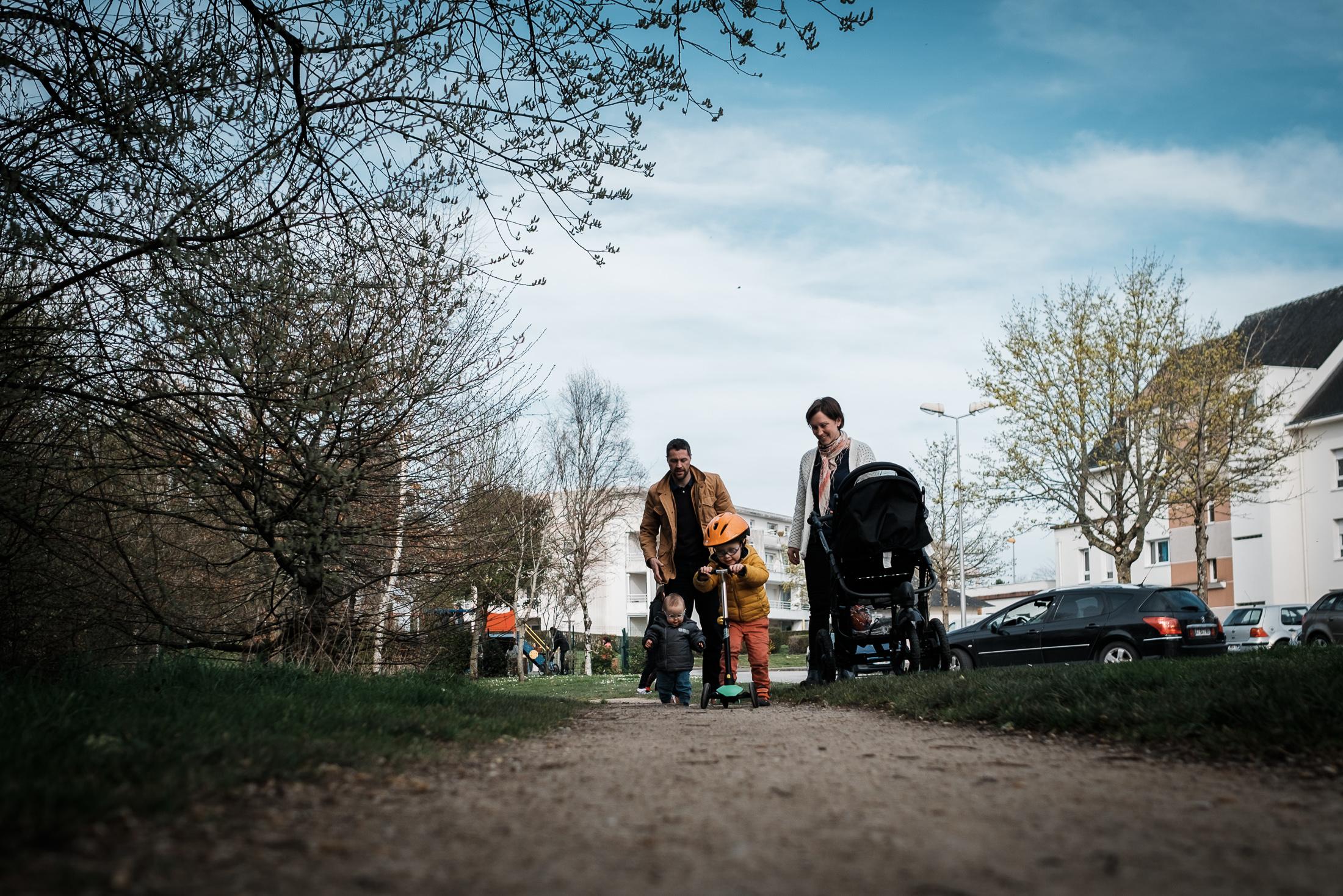 prestations photographe famille ensemble à la sortie du parc