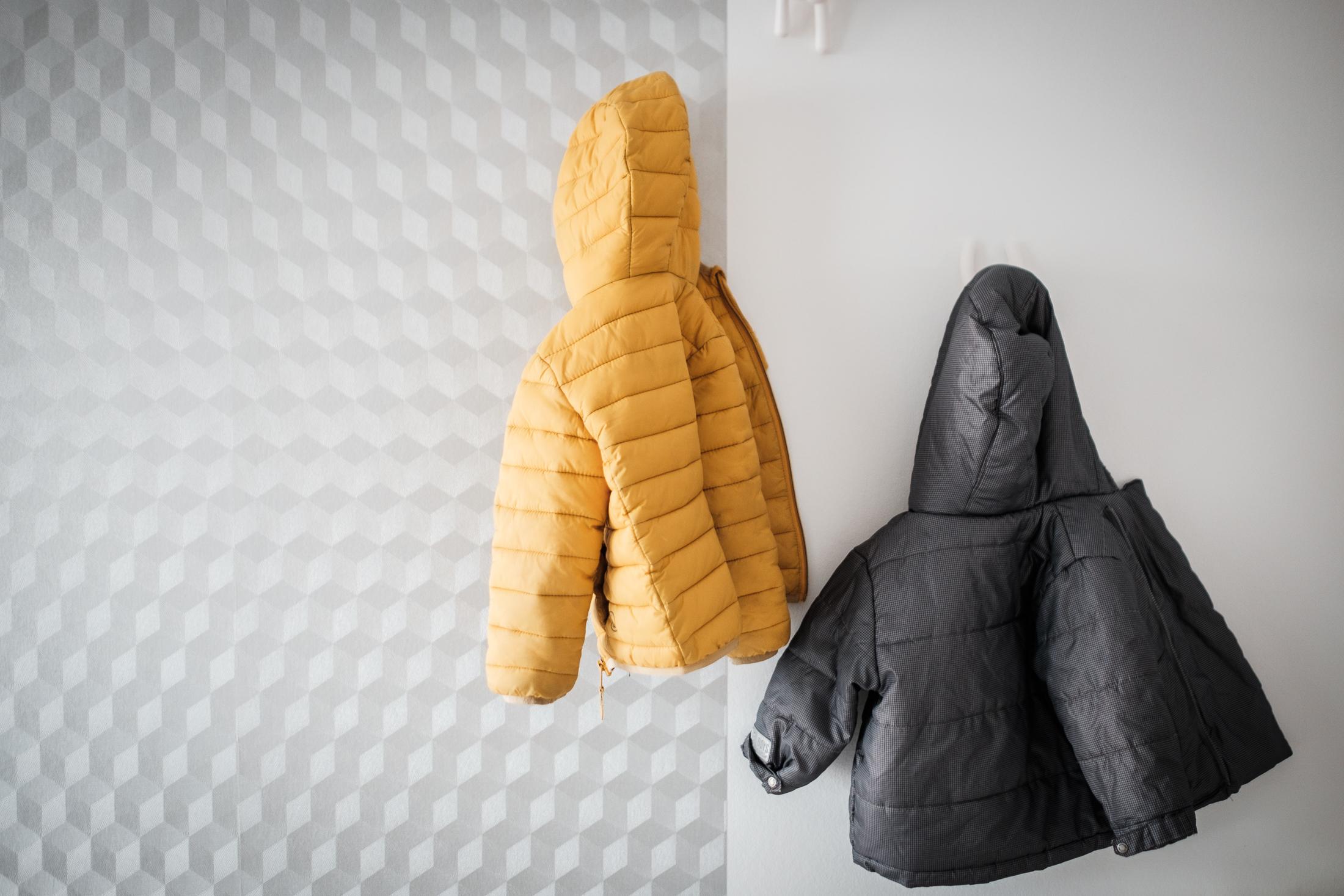 prestations photographe famille nature morte manteaux d'enfants accrochés