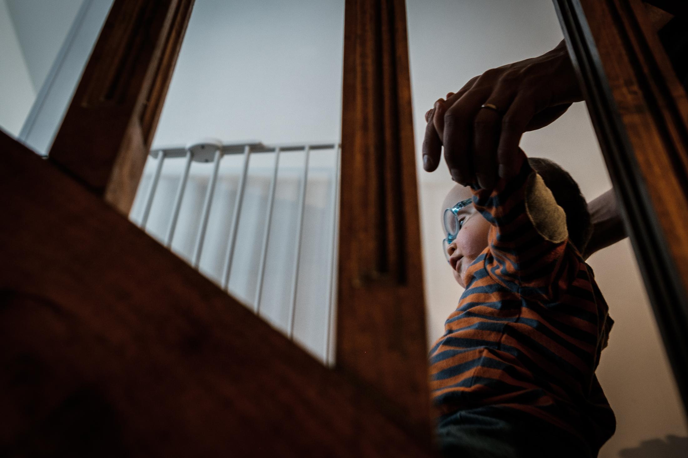 prestations photographe famille maman aide bébé à monter les escaliers