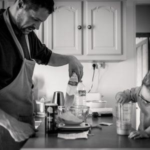 prestations photographe famille atelier cuisine entre père et fils