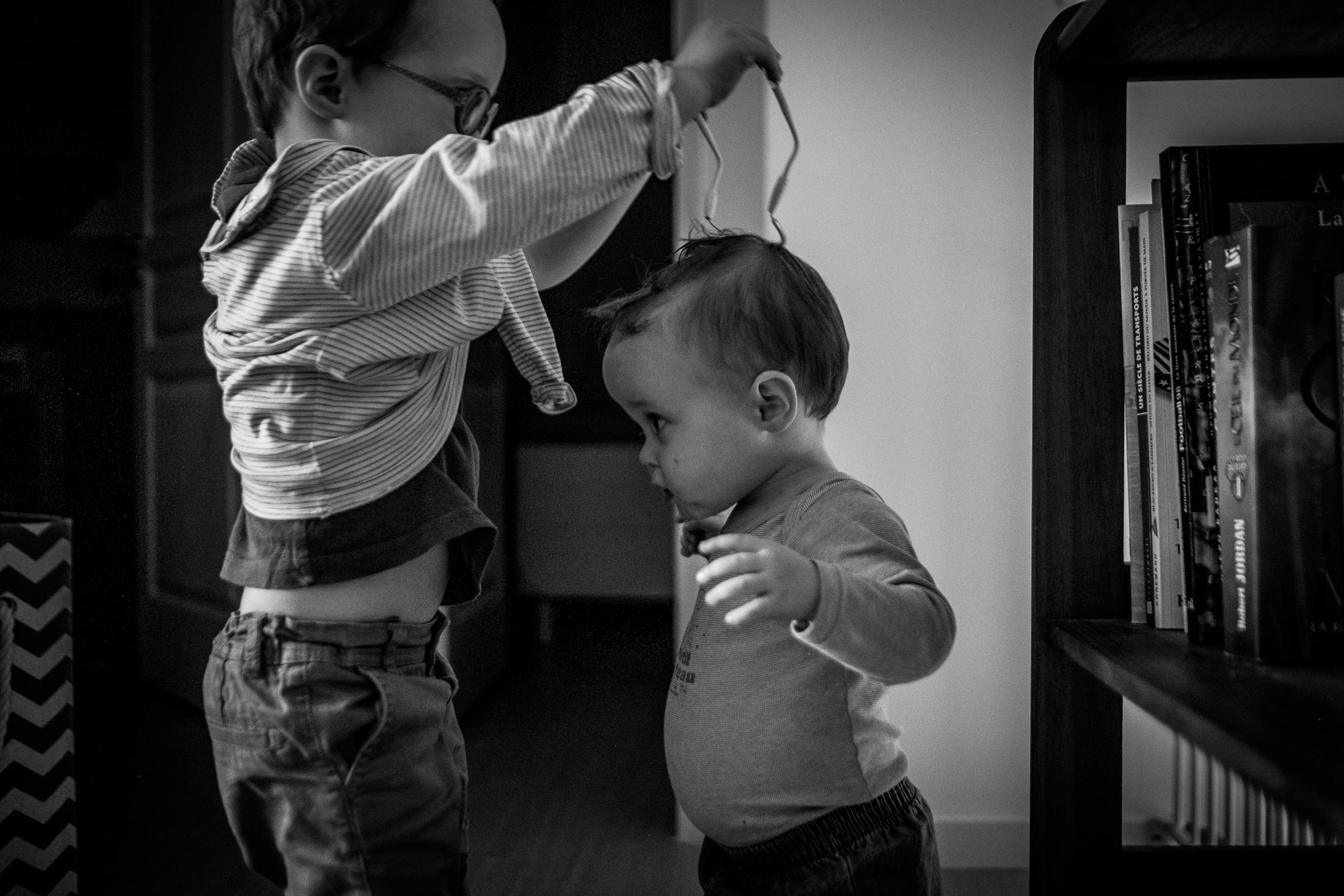 prestations photographe famille entraide entre frangins avant de prendre le bain noir et blanc