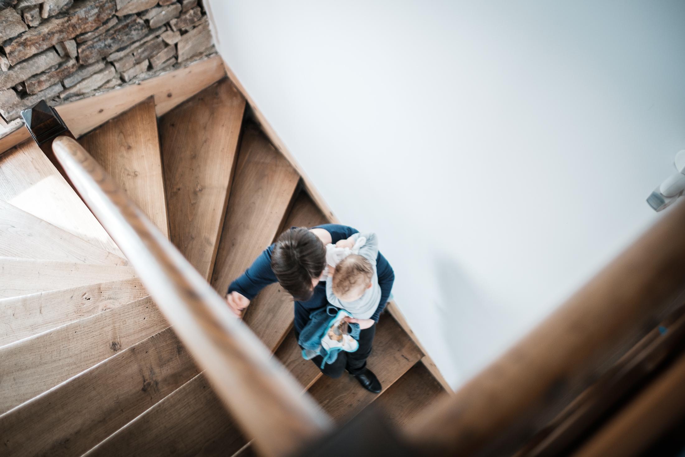 prestations photographe famille maman et bébé descendent les escalier