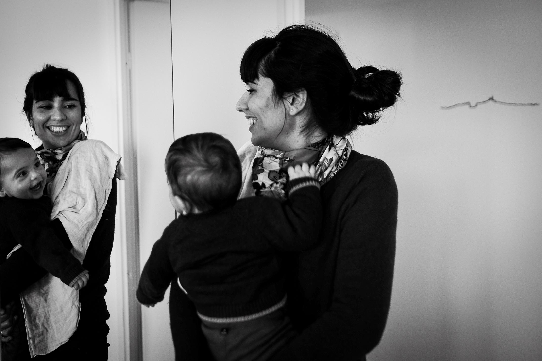 prestations photographe famille mère et fils jouent avec le miroir