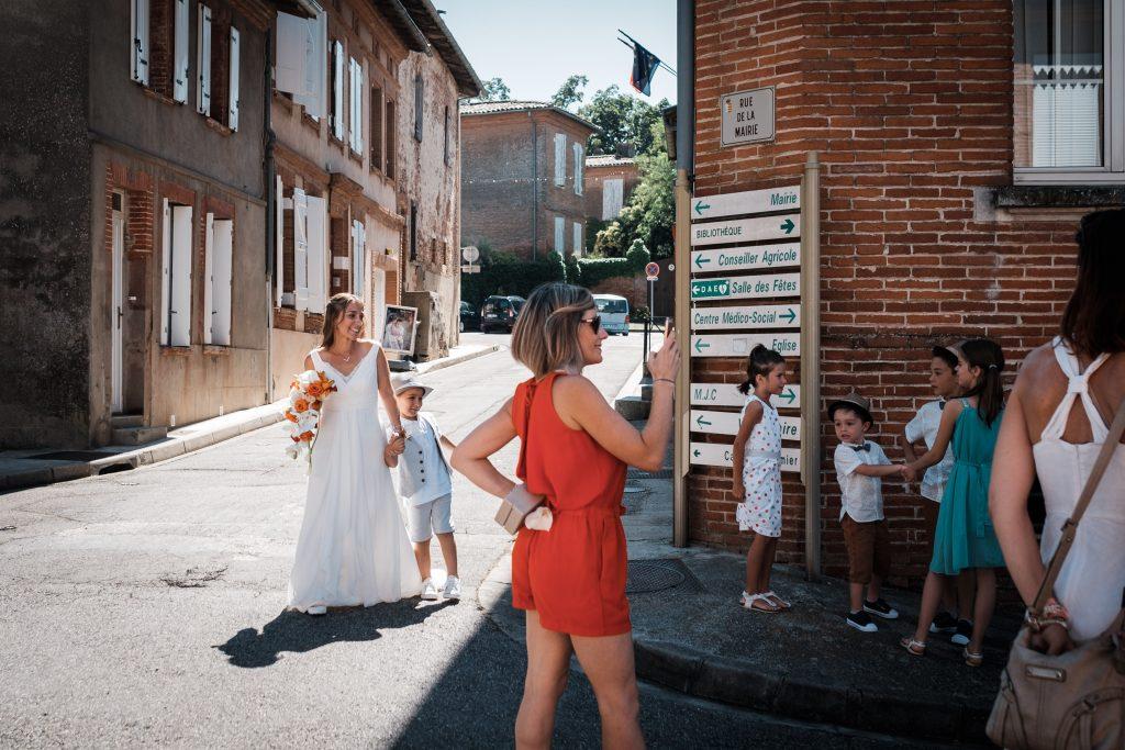 la mariée arrive devant la mairie de lanta