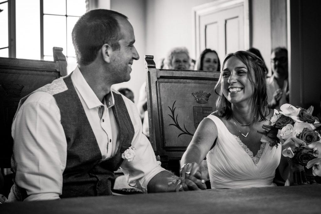 des mariés heureux et tout sourire lors de leur cérémonie surprise