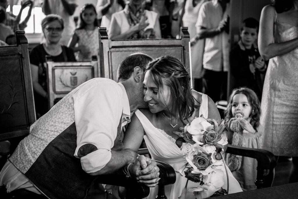les  mariés émus lors de leur cérémonie civile à la mairie de Lanta
