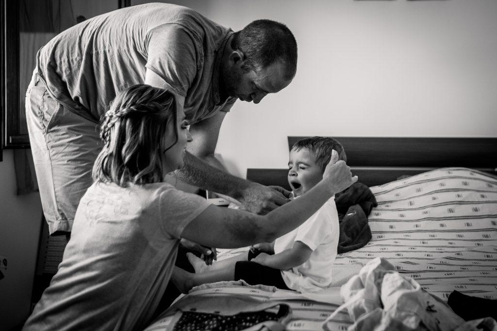 le petit garçon se prépare pour son baptême