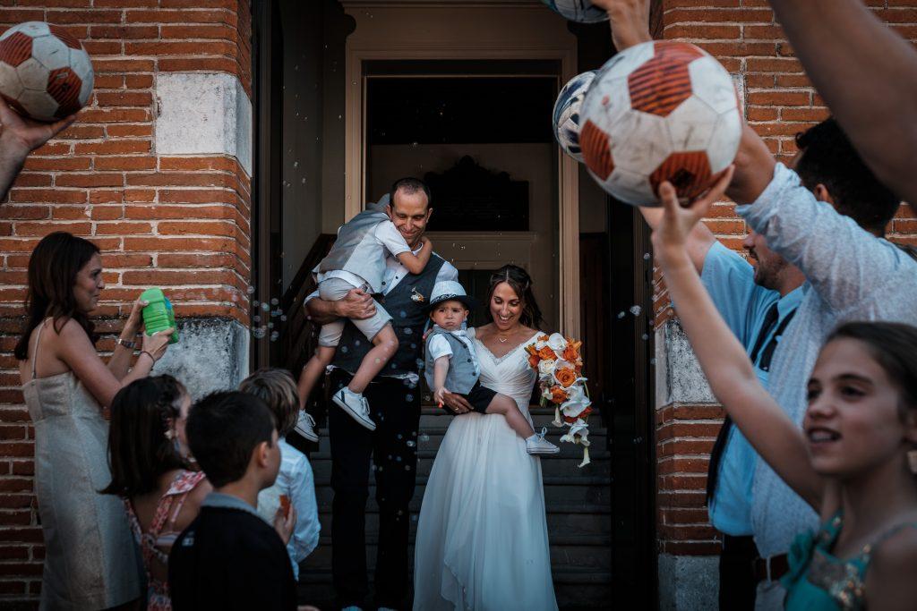 sortie des mariés à la mairie de lanta haie d'honneur de ballons