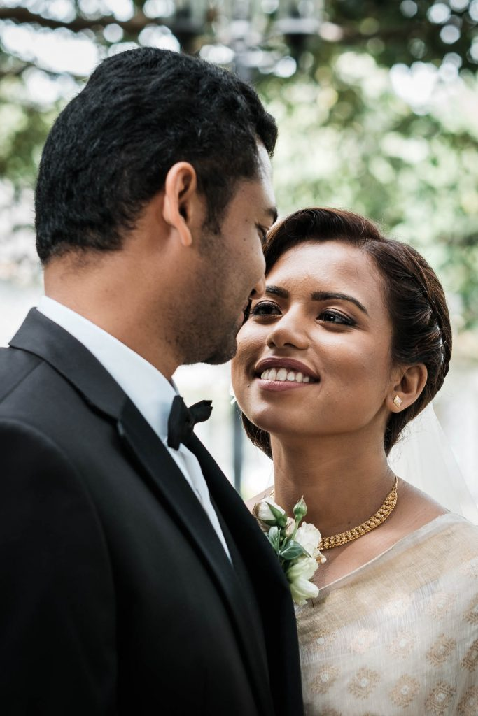photographe mariage srilanka colombo wedding photographer independent square loving couple