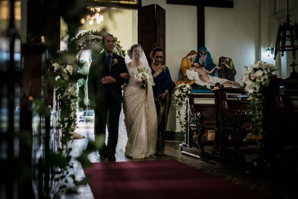 photographe mariage srilanka colombo wedding photographer bride walking down the aisle
