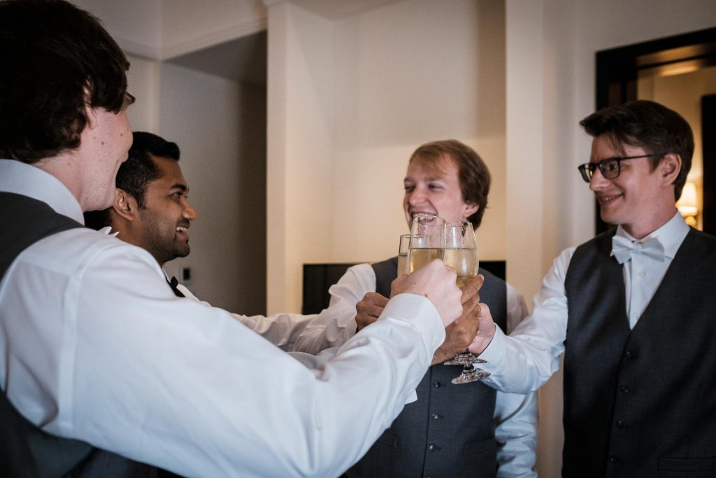 photographe mariage srilanka groom drinking champagne with his squad