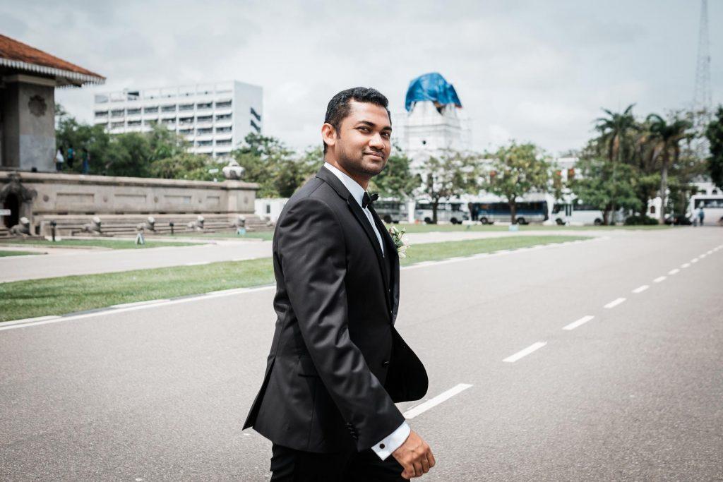 photographe mariage srilanka colombo wedding photographer groom walking