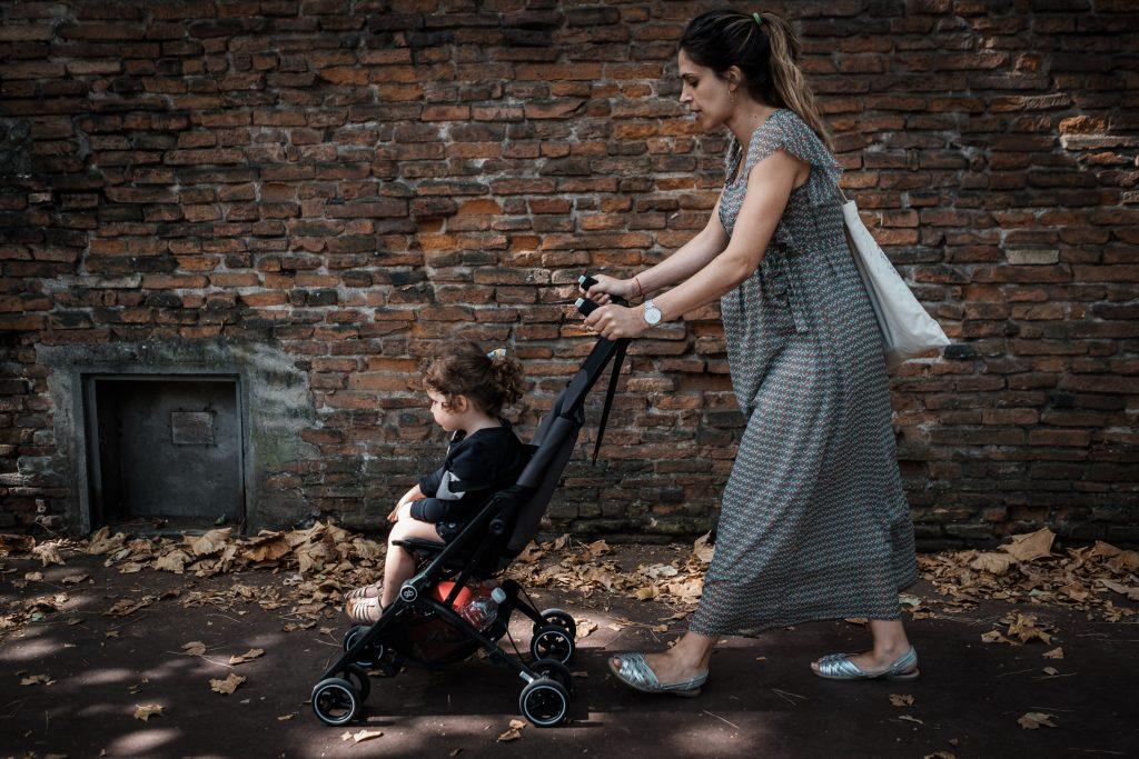 photographe famille toulouse mur de briques
