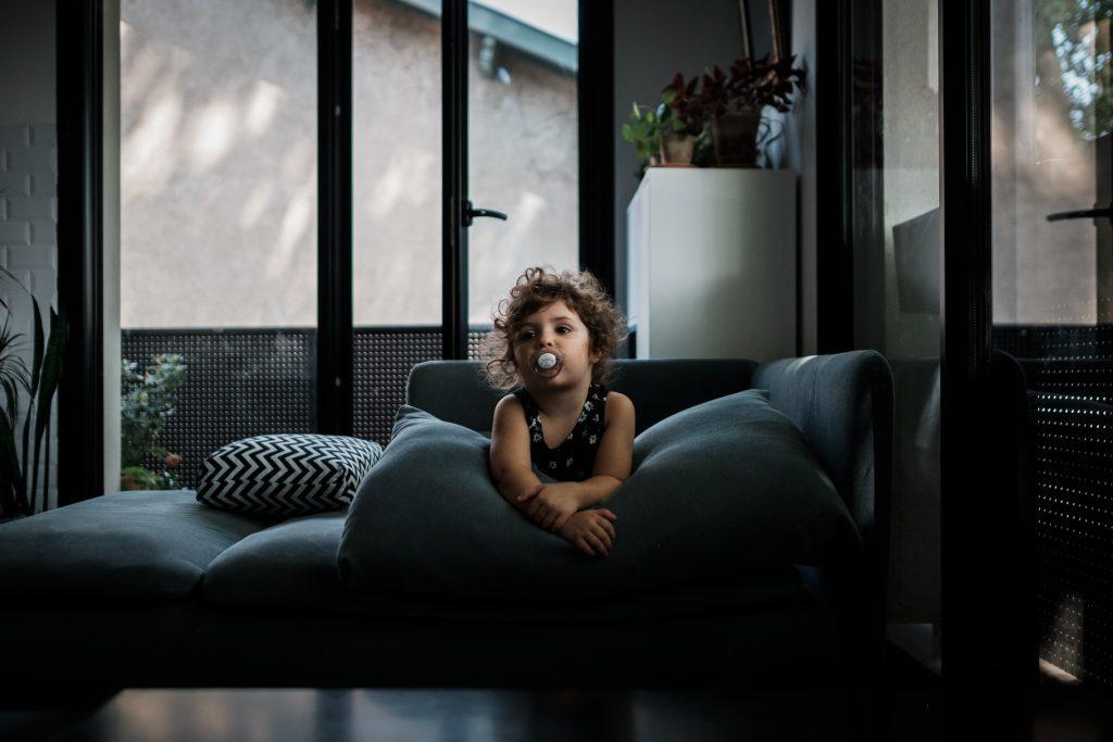 canapé tétine la belle vie photographe famille toulouse