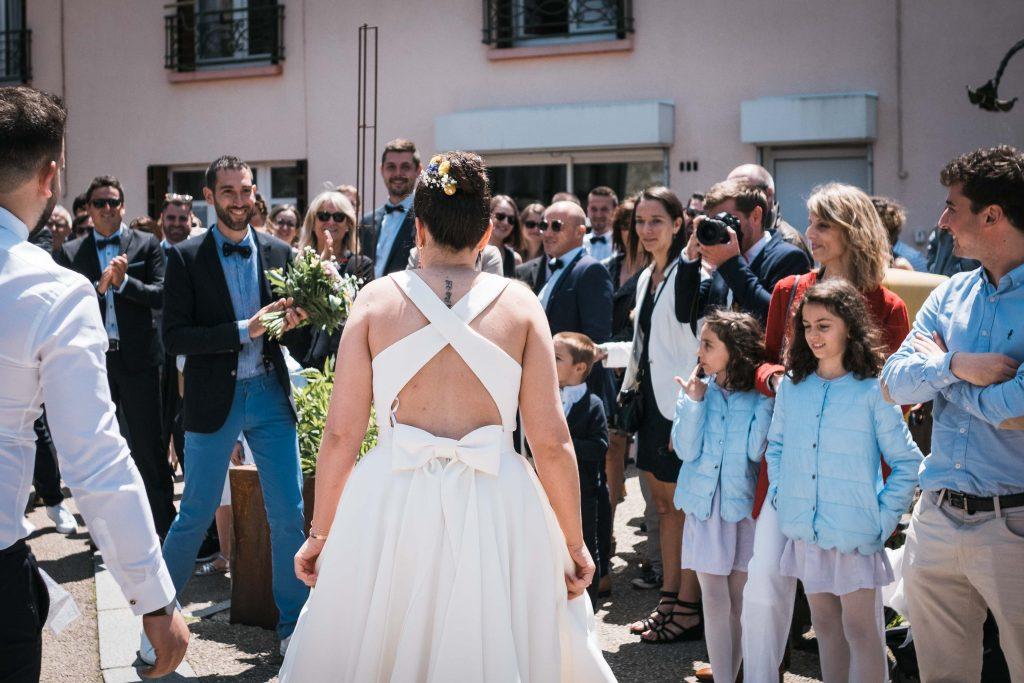 les mariés se découvrent devant la mairie de saint aubin d'aubigné