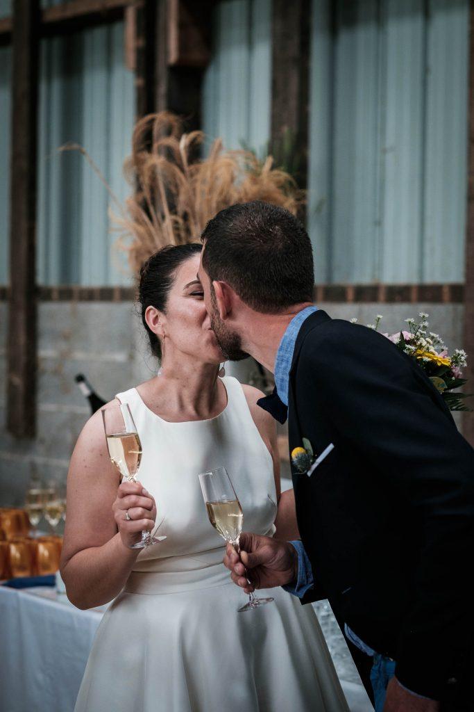 baiser des jeunes mariés au vin d'honneur