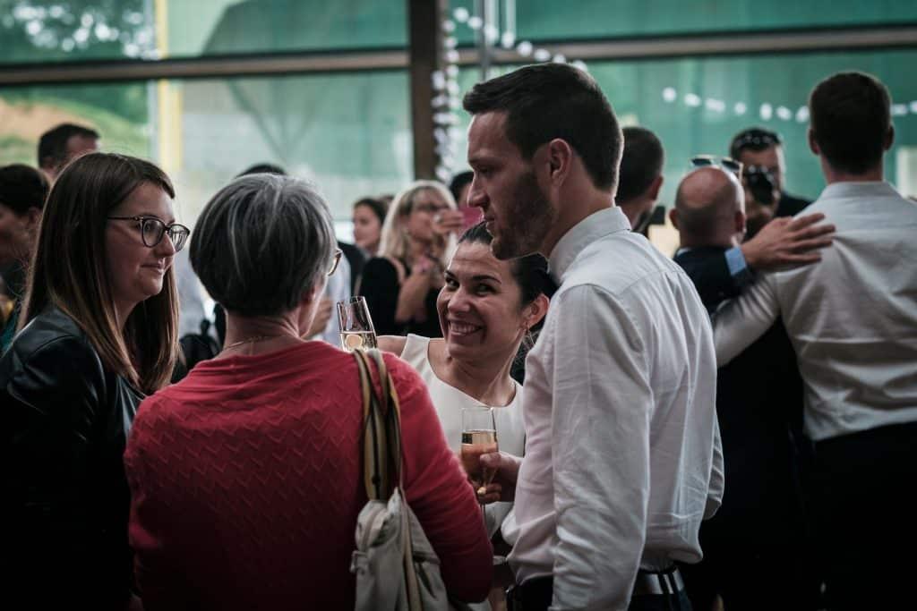 la mariée profite de ses invités pendant le vin d'honneur