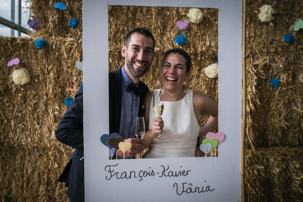 portrait des mariés dans leur Photo Booth pendant le vin d'honneur