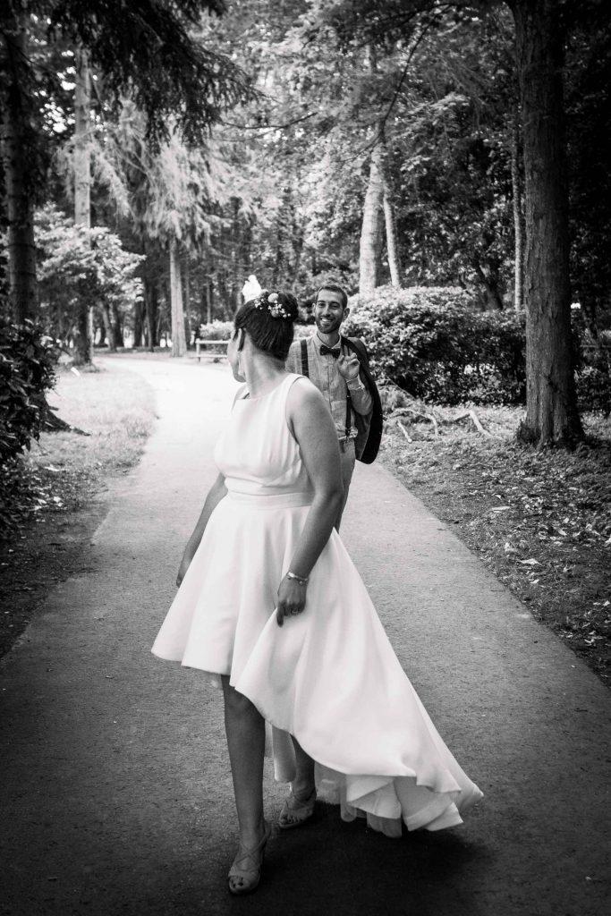 le marié suit sa femme elle a une robe déstructurée magnifique