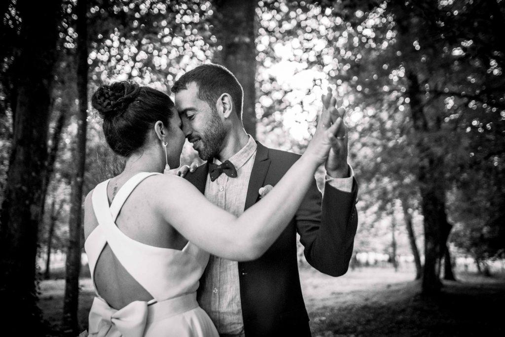 les mariés dansent dans les bois du parc du château des pères