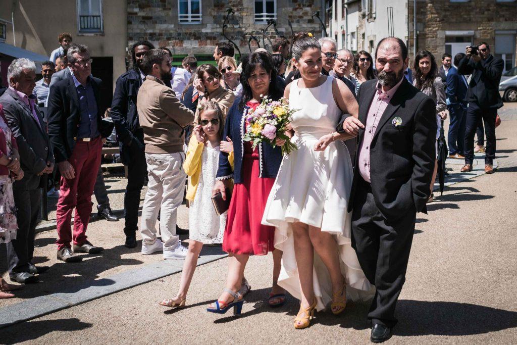 la mariée et sa famille avancent vers la salle des mariages de saint aubin d'aubigné