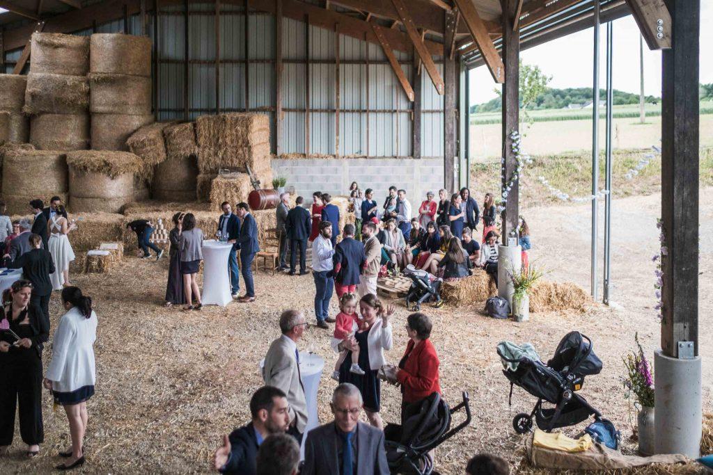 vue d'ensemble de l'espace de la ferme aménagé pour le vin d'honneur