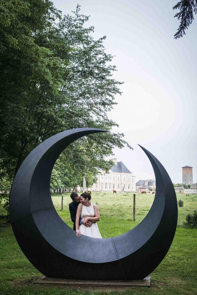 photo du couple de jeunes mariés au château des pères
