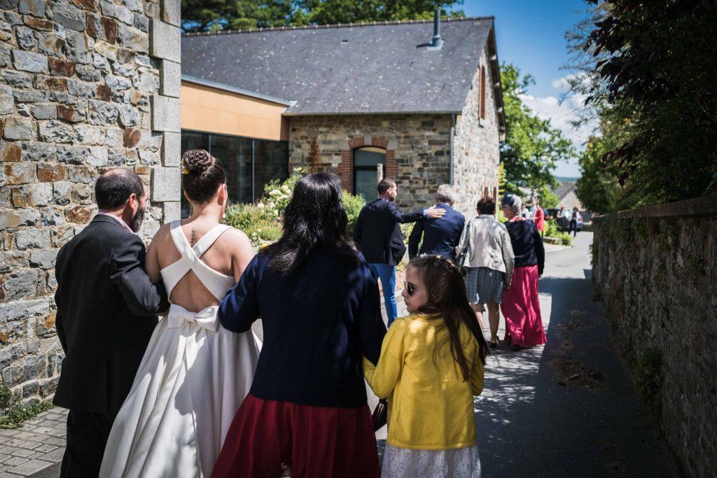 les deux familles avancent vers la salle des mariages saint aubin d'aubigné