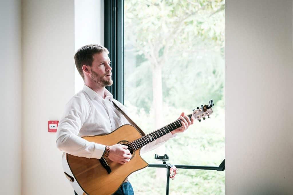 animation guitare dans la salle des mariages de saint aubin d'aubigné