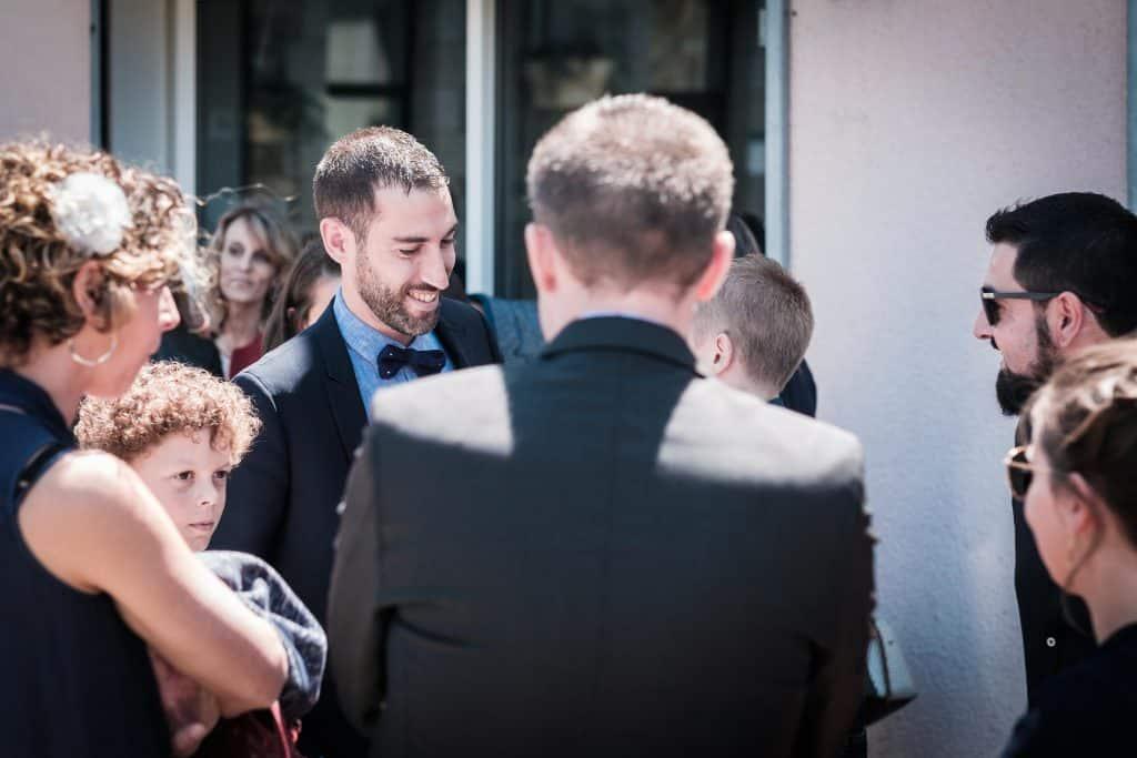 le marié retrouve les invités devant la mairie de saint aubin d'aubigné