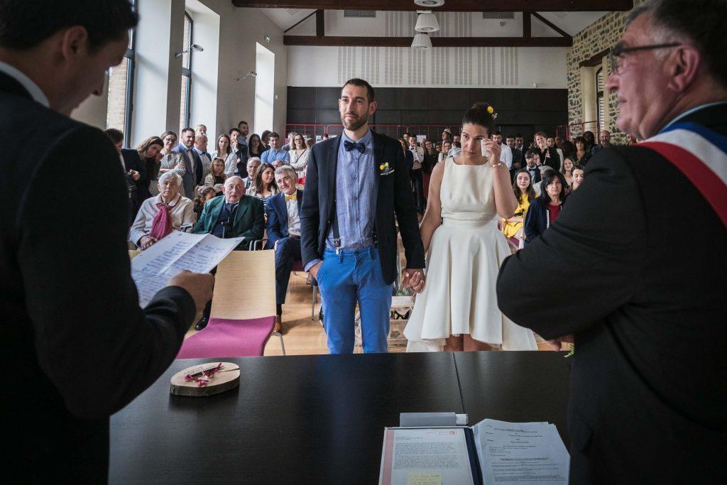 émotion des mariés et de l'assistance pendant le discours du témoin du marié