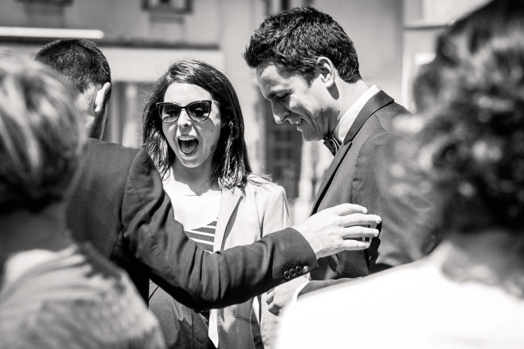 les invités retrouvent le marié devant la mairie de saint aubin d'aubigné