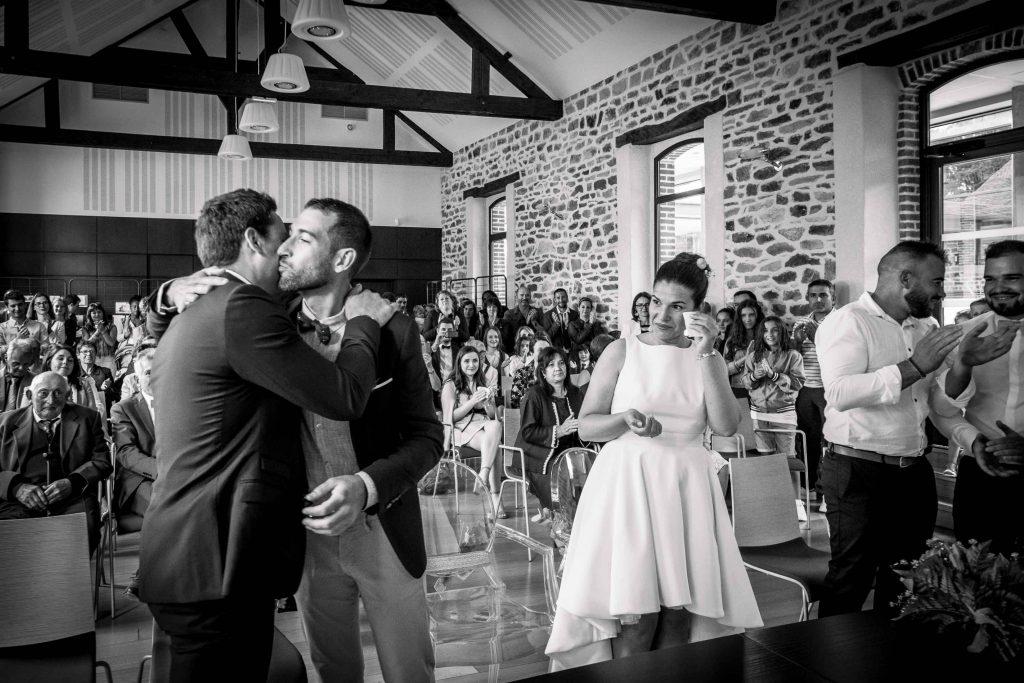 le marié embrasse son témoin la mariée essuie ses larmes