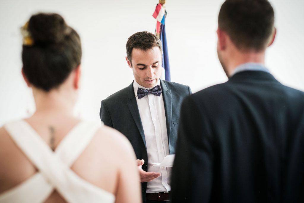 portrait du témoin du marié pendant son discours aux futurs époux