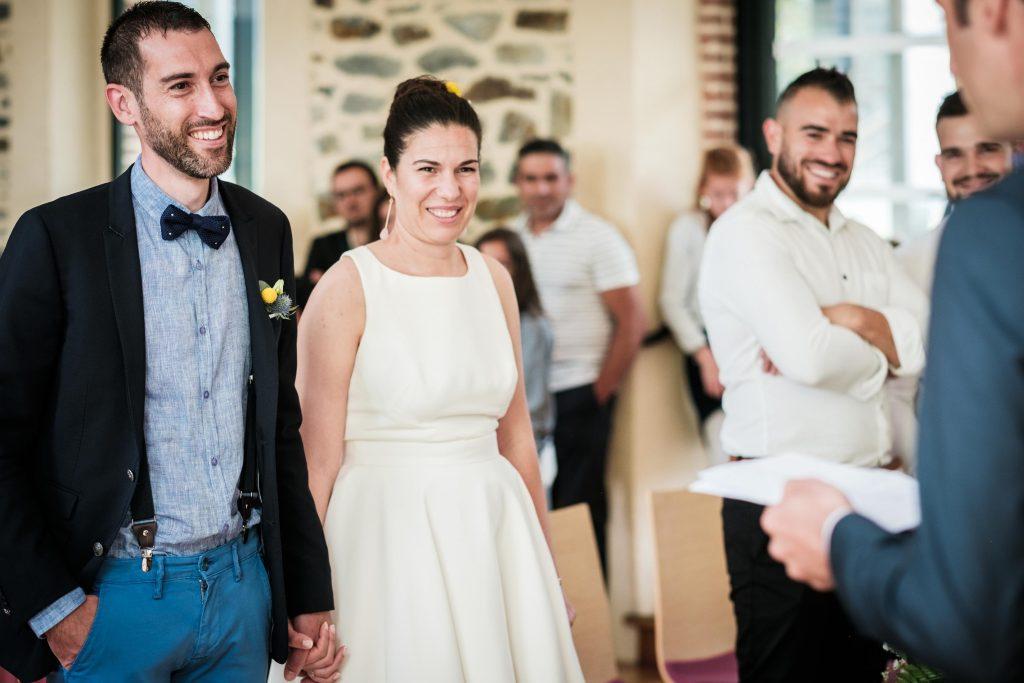 sourires des mariés à l'écoute du discours