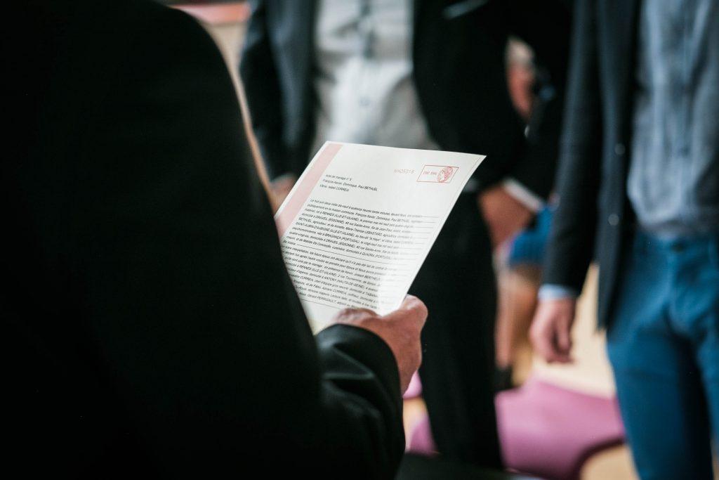 zoom sur l'acte de mariage lu par le maire