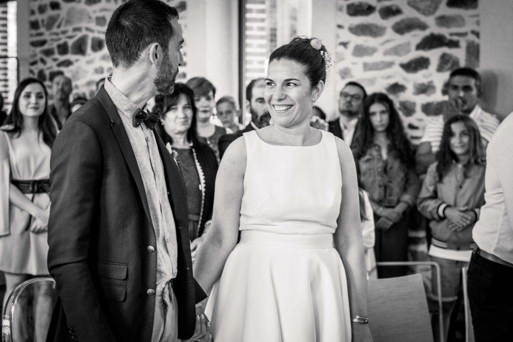 les mariés se regardent juste avant de s'embrasser noir et blanc