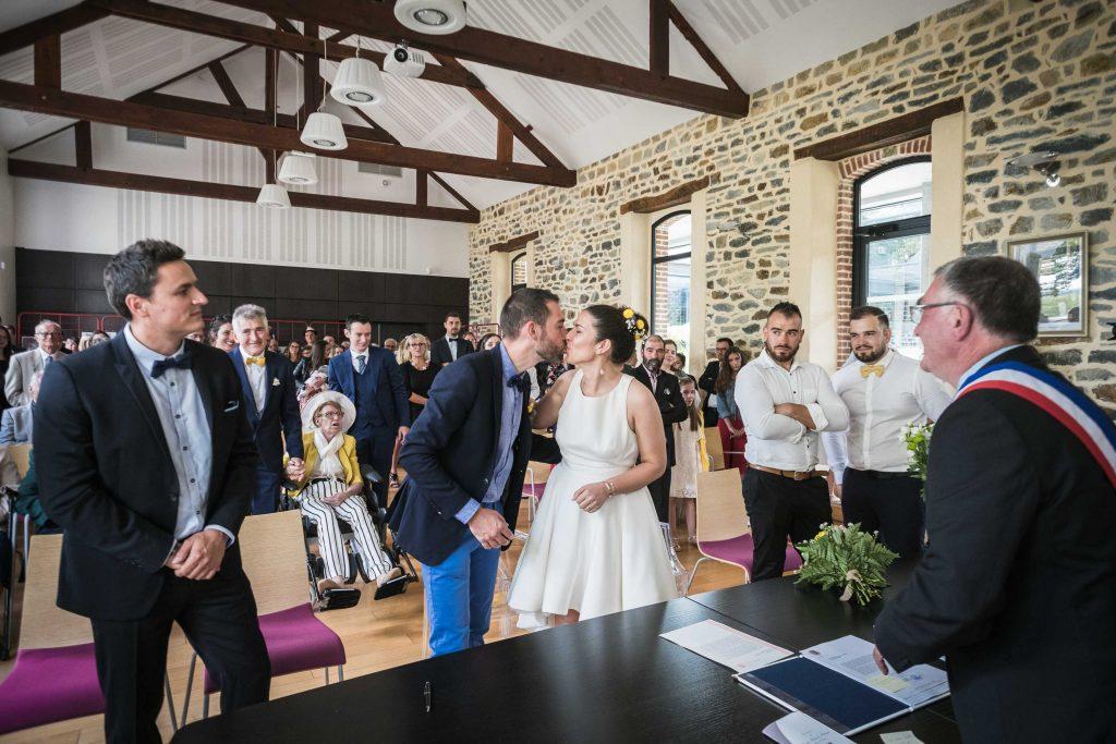 bisous des mariés à la fin du discours du maire pendant la cérémonie civile