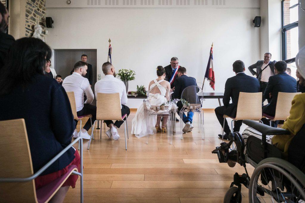 signature de l'acte de mariage vue de dos